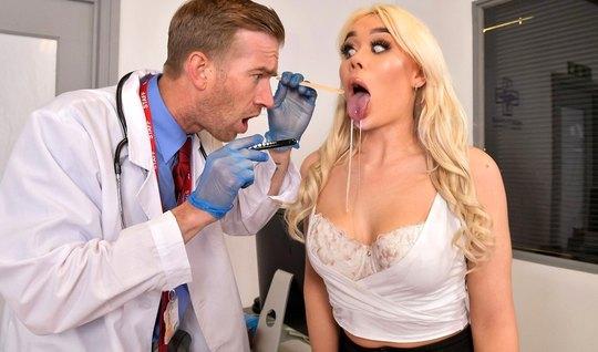 Блондинка пришла к доктору на прием и принимает его большой член между...