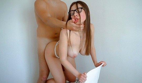 Красотка в очках не против домашнего порно на видео камеру, получая уд...