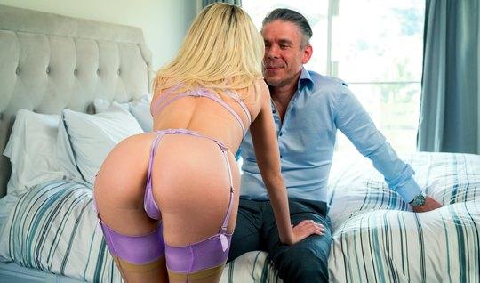 Блондинка в чулках во время секса с отчимом получает оргазм и принимае...