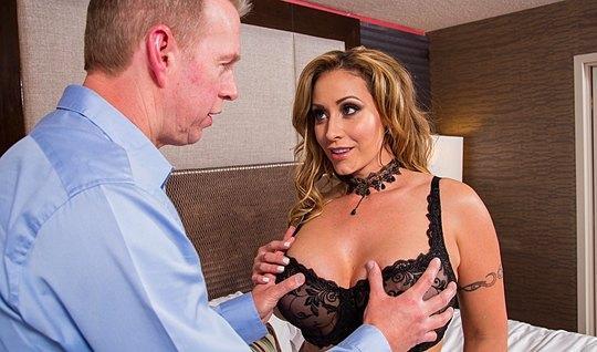 Мамка с большими накачанными дойками трахается с любовником в отеле