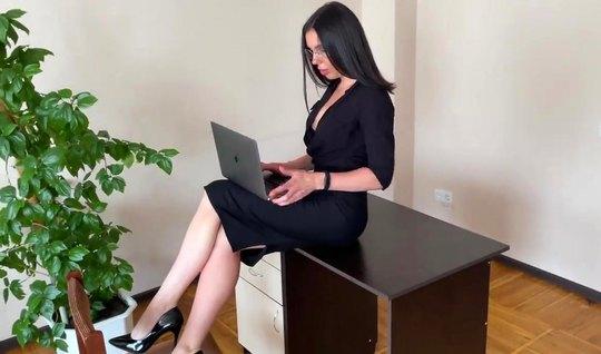 Русская брюнетка секретарша после минета прыгает на члене молодого бос...