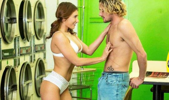 Блондин поимел красивую незнакомку в прачечной и обкончал ее тело