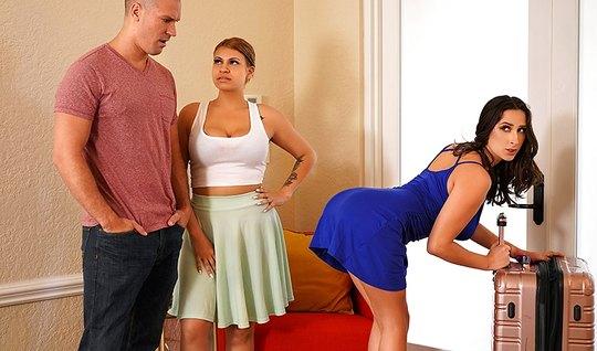 Лысый мужик изменяет жене с жопастой брюнетке в спальне крупным планом