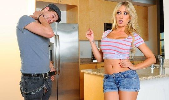 Сисястая блондинка соблазнила парня на секс на кухонном столе
