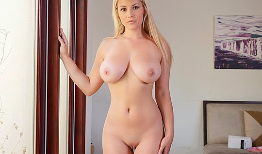 Блондинка с большими дойками разделась и занялась трахом с любовником...