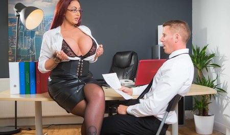 Грудастая женщина трахнулась с боссом в офисе...