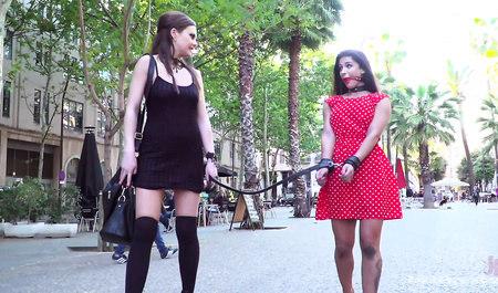 Раскрепощенная красавица ублажает свою покорную подругу на публике