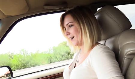 Симпатичная блондинка занимается сексом в автомобиле с малознакомым че...