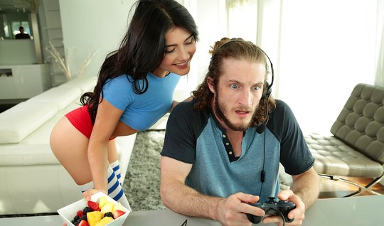 Сексапильная брюнетка соблазняет друга и отучает его от видеоигр...
