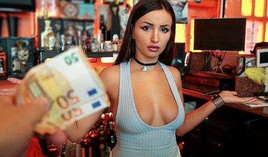 Пикапер заплатил барменше больше положенного и поимел ее прям в баре...