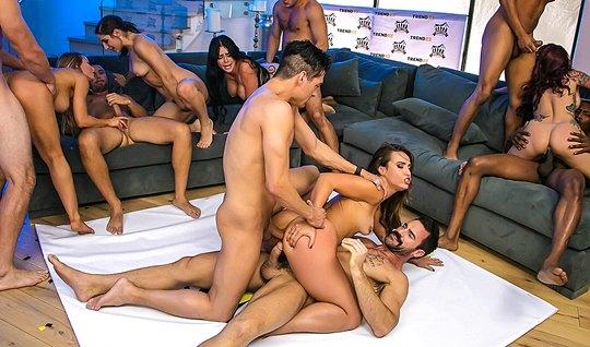 Разгоряченные девушки на вечеринке трахаются с общим другом на оргии