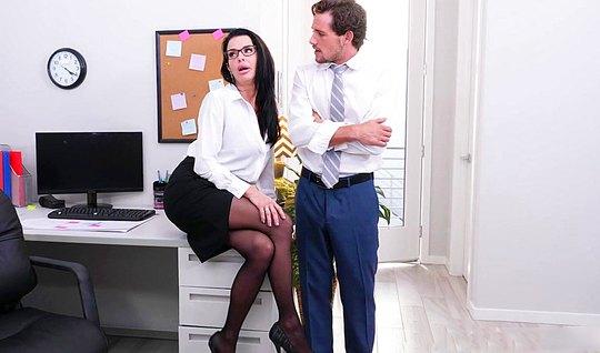 Помощник в офисе жадно трахает бизнес леди в чулках...