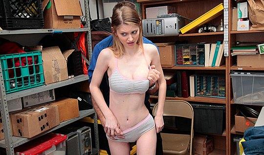 Охранник пристает к худенькой телочке в офисе и трахает ее в подсобке...
