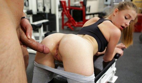 Похотливый тренер трахнул свою подопечную сзади после тренировки