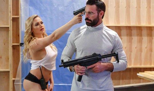 Пара молодоженов после ролевых игр занимается безудержным сексом...