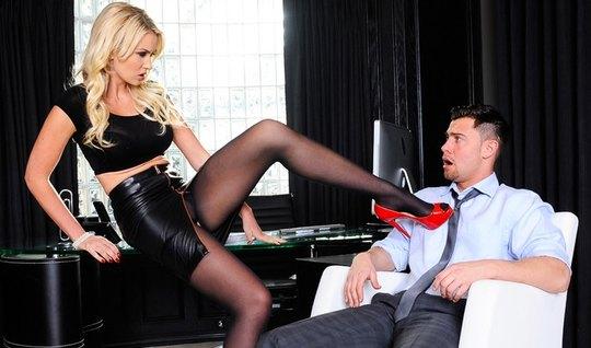 Деловая блондинка в кожаной юбке пристает к боссу и раздвигает ноги на...