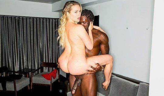 Кучерявый негр пристраивается к жопастой блондинке сзади и трахает ее ...