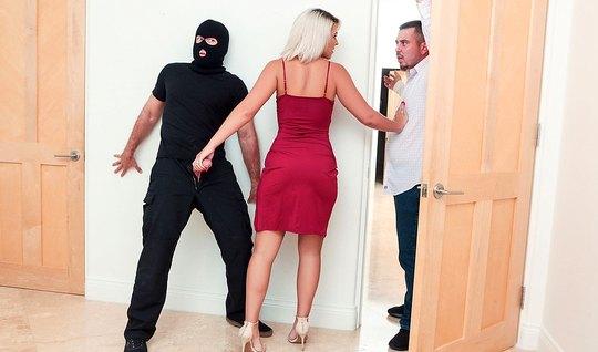 Блондинка изменяет мужу с любовником в маске на большом диване в госте...