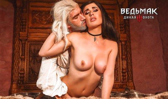 Брюнетка с красивой грудью трахается с небритым любовником в полумраке
