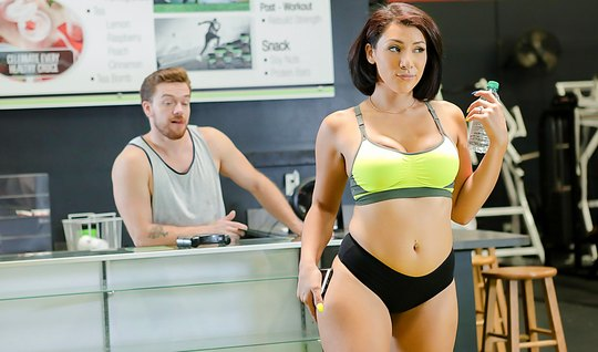 Спортивная телочка трясет попой перед тренером в спортзале и трахает е...