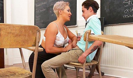 Зрелая мамка соблазнила студента и раздвинула перед ним ноги в колледж...