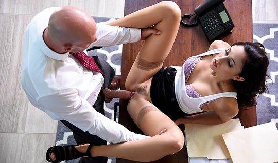 Лысый босс жестко трахнул молодую девушку в офисе