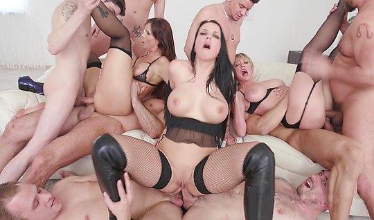 Порнооргии на публике ролики