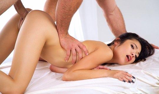 Худая азиатка громко стонет от секса с парнем в позе раком и получает ...