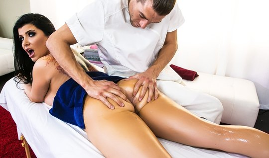 Эротический массаж заводит жопастую брюнетку, а секс доводит до оргазм...