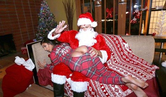 Санта отшлепал жопастую латинку и поимел ее в мохнатую пилотку