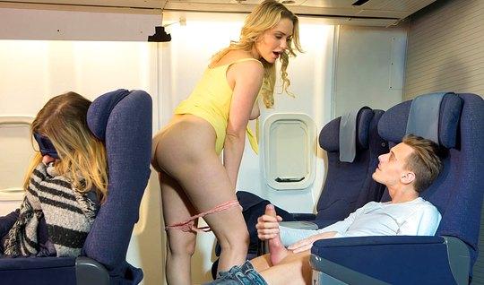 Блондинка трахается с незнакомцем в самолете при пассажирах...