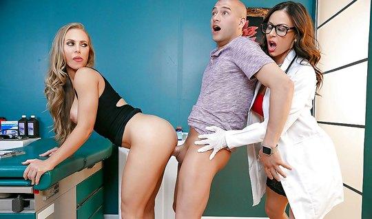 Групповой секс с аппетитной медсестрой возбуждает пару свингеров...