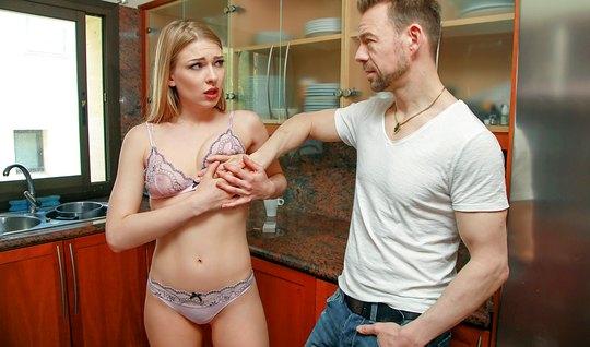 Блондинка с небольшими сиськами трахается с опытным мужиком от первого...