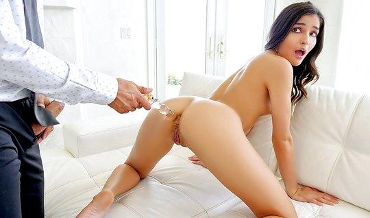 Парень вставил фигурный дилдо в попу красотки и трахнул пенисом ее в о...