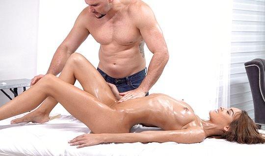 Худышка в масле любит анальный секс от которого испытывает оргазм