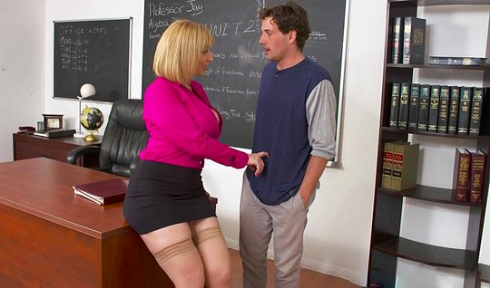 Похотливая училка соблазнила студента на горячий секс в кабинете...