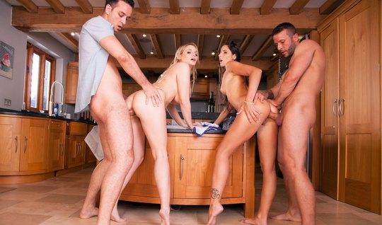 После бассейна свингеры на кухне устроили страстные потрахушки