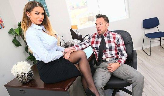 Секретарша в чулках удовлетворяет своего начальника в офисе...