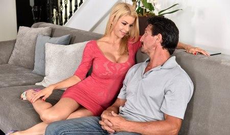 Грудастая блондинка жарко трахается с другом мужа