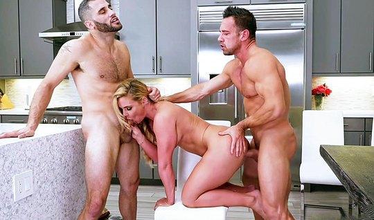 Два качка сношают на кухне супер блондинку с волосатой киской...