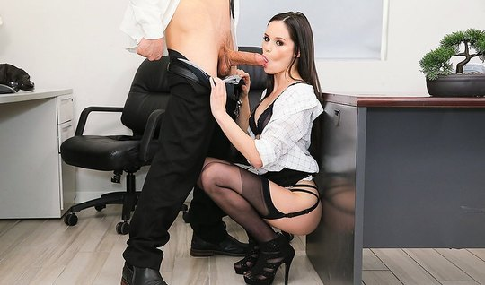 Секретарша в чулках подставляет вагину для страстной порки в офисе...