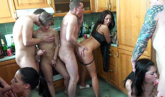 На кухне толпа развратных свингеров развлекает друг друга оргией