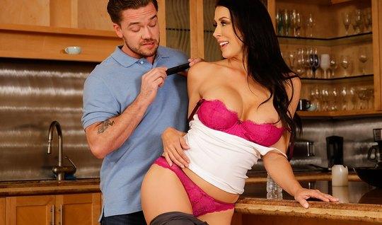 Мамка с огромными сисями занимается сексом с любовником на кухне...