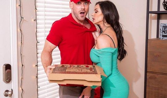 Доставщик пиццы трахает членом грудастую мамочку в разных позах...