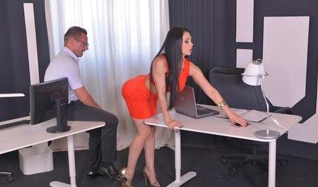 Грудастая секретарша трахнулась с боссом прямо в офисе
