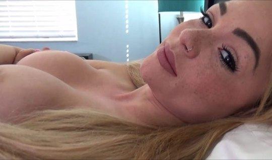 Очаровательная блондинка снимается в домашнем порно от первого лица...