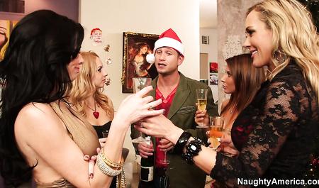 В новогоднюю ночь развратные дамы устроили оргию...
