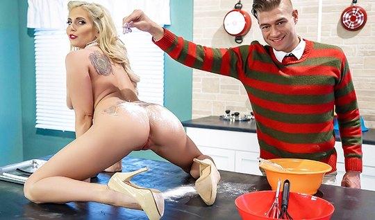 Грудастая блондинка на кухне занимается страстным сексом...