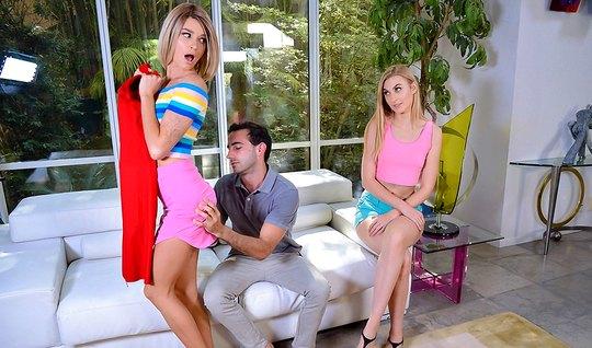 Две блондинки на белом диване занимаются сексом со своим другом...