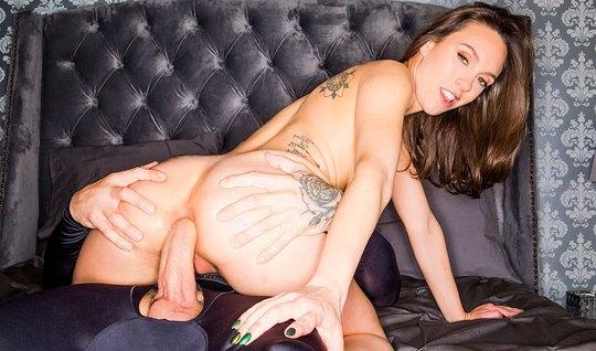 Брюнетка с татуировками занимается глубоким анальным сексом...